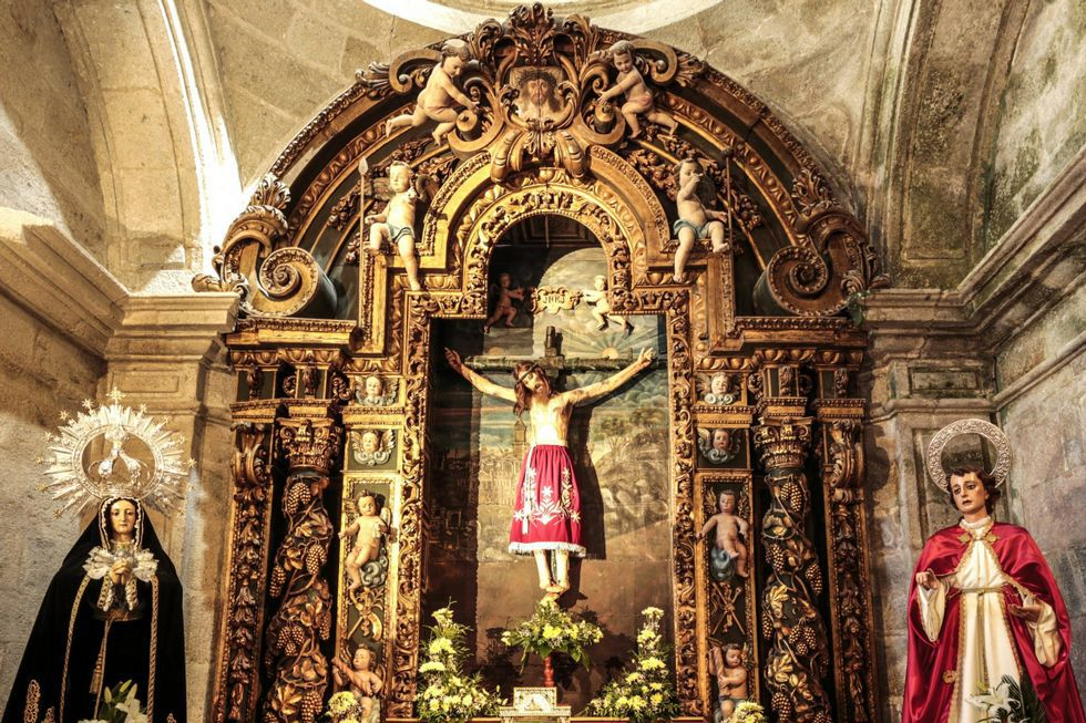 El retablo barroco obra de Miguel de Romay data de 1721.