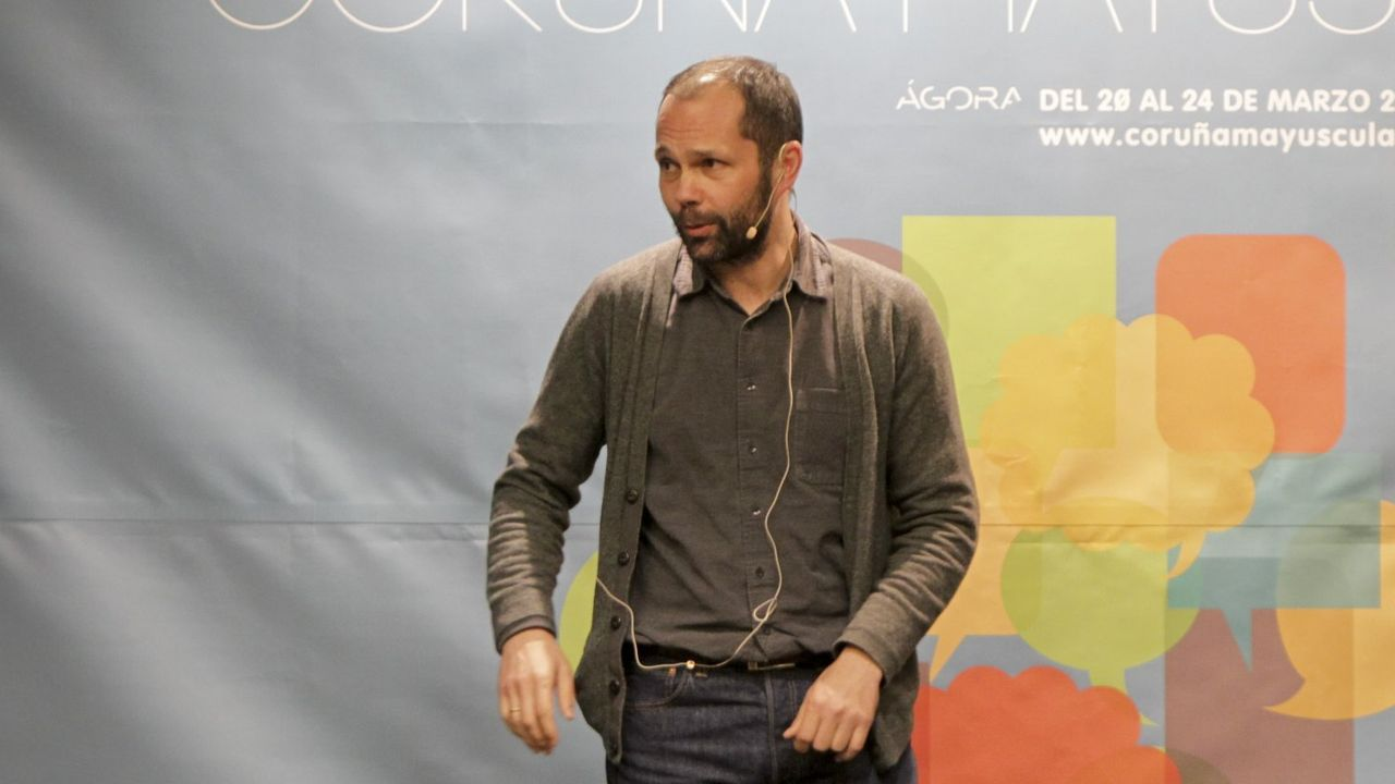 O escritor e xornalista Xesús Fraga, nun encontro literario, nunha imaxe de arquivo