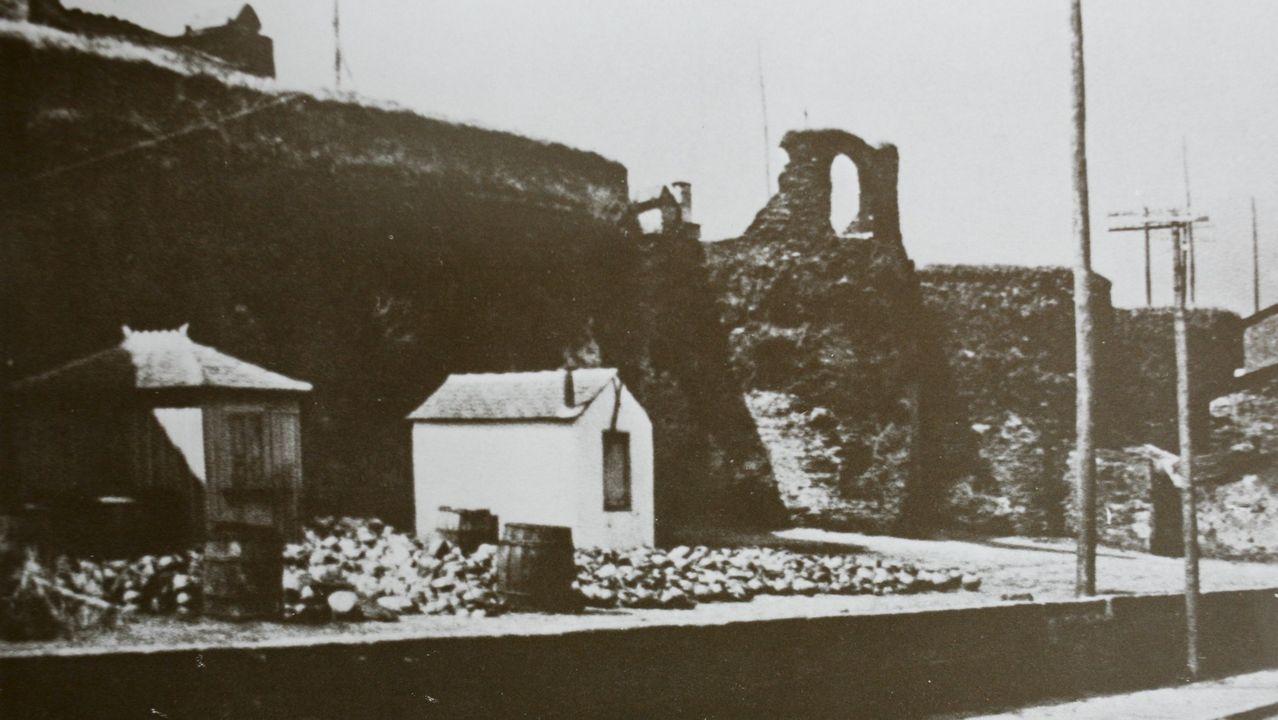 Los daños que sufre la Muralla de Lugo.Xunto á Mosquera había un mercado de cacharros de barro