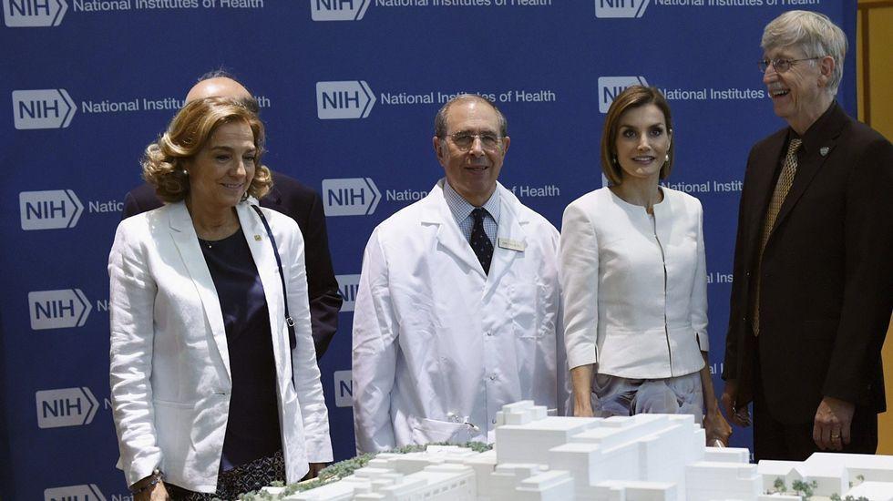Otro «look» con chaqueta blanca durante su visita al Insituto Nacional del Cáncer.