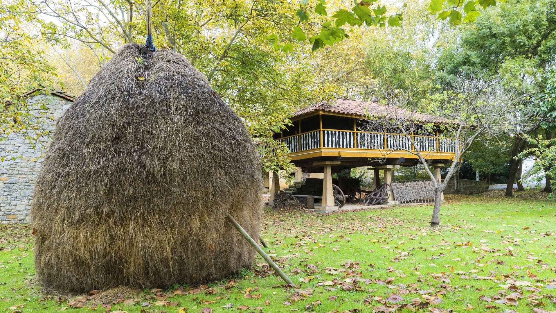 Panera y vara de hierba en el exterior del Pueblo de Asturias