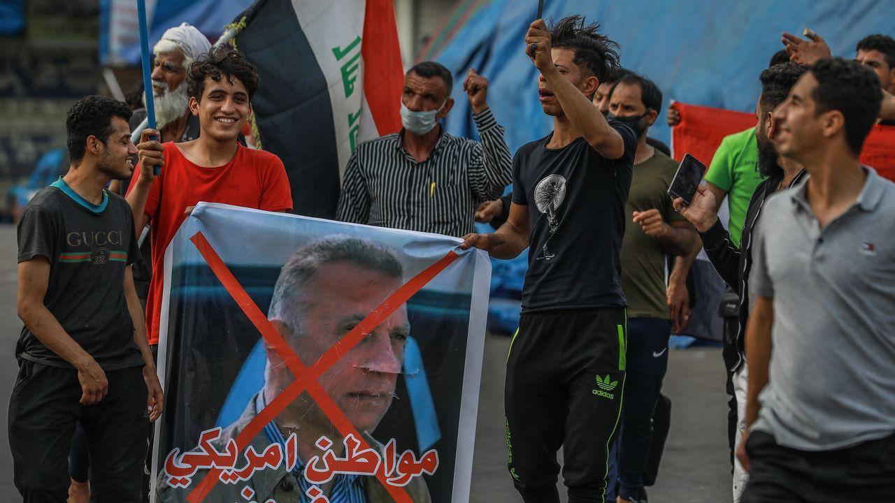 Manifestantes antigubernamentales muestran su rechazo a la designación de Mustafa al Kazemi como primer ministro
