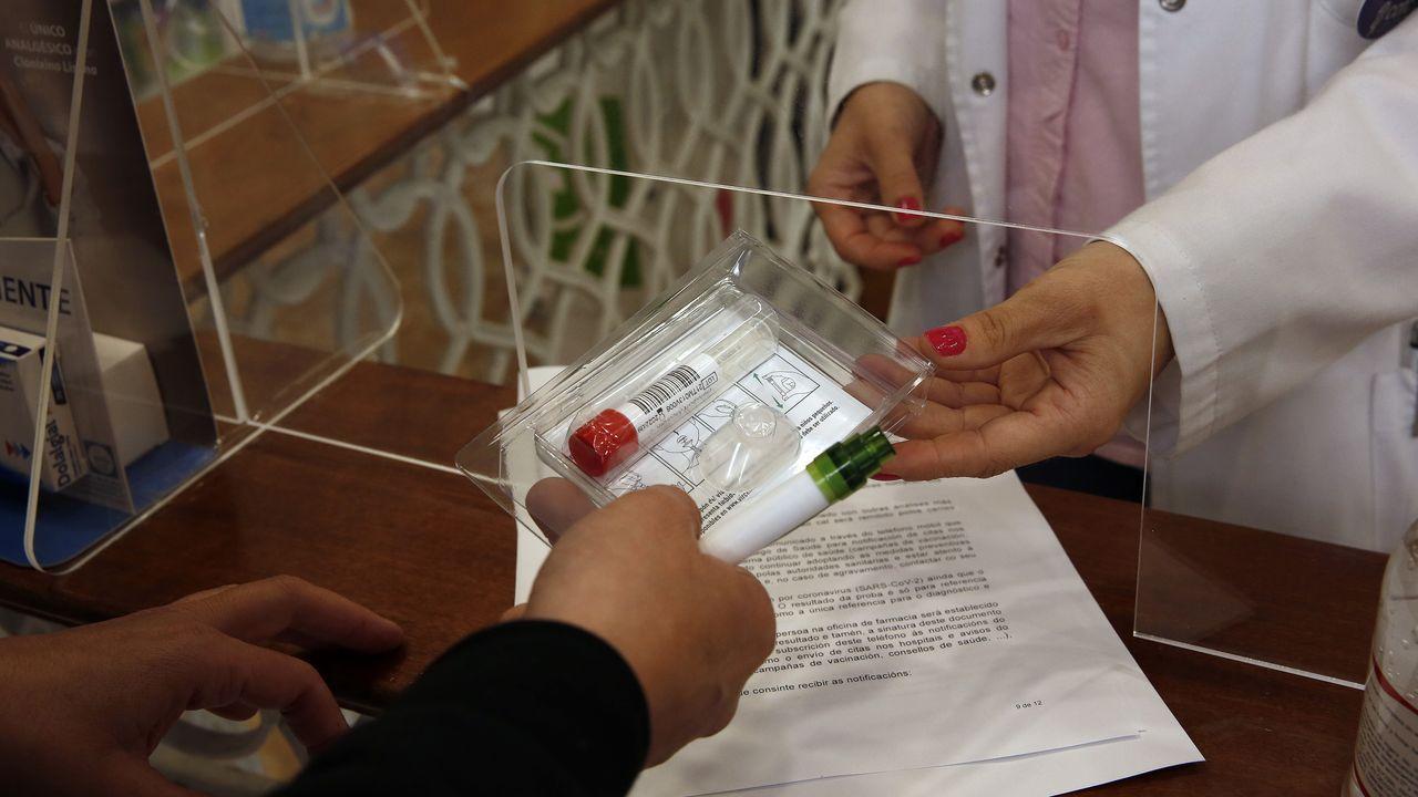 El kit para realizar la prueba es gratuito y se puede recoger en cualquiera de las farmacias que participan en el cribado