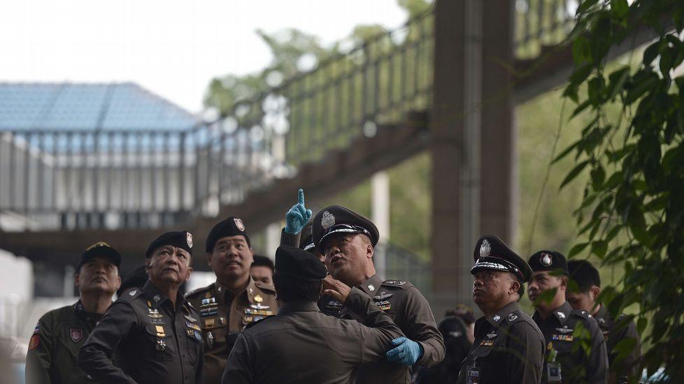 La policía tailandesa peina la zona del atentado.Los arousanos optan por mezclarse entre los miles de visitantes que cada año acuden a las playas canarias.