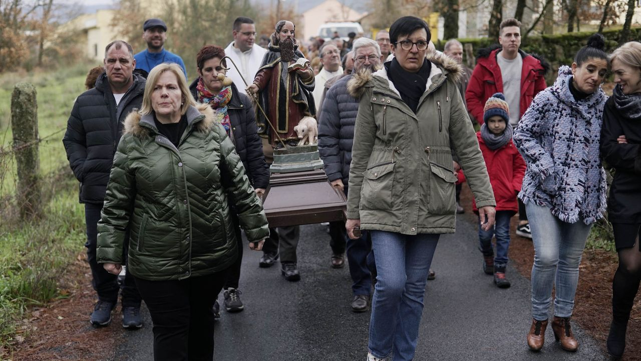 Los vecinos de Ábedes celebran un año más la festividad de San Antón.Pontón salió a hablar para los que no pudieron entrar -por exceso de aforo- en el auditorio