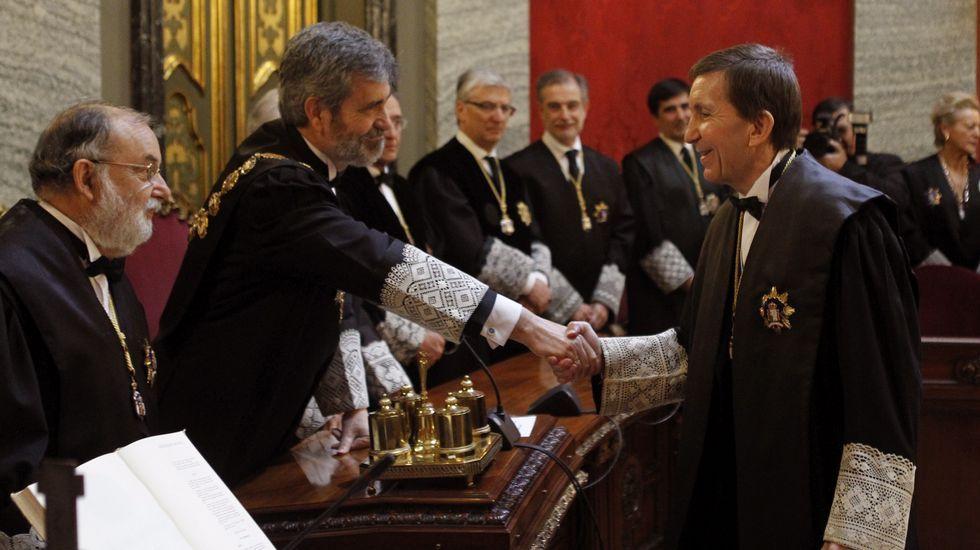«Buscan objetivos blandos especialmente sensibles».Manuel Moix, saluda al presidente de este Tribunal Supremo, Carlos Lesmes (i) durante el acto en el que ha tomado posesión como nuevo fiscal jefe de la Fiscalía Anticorrupción