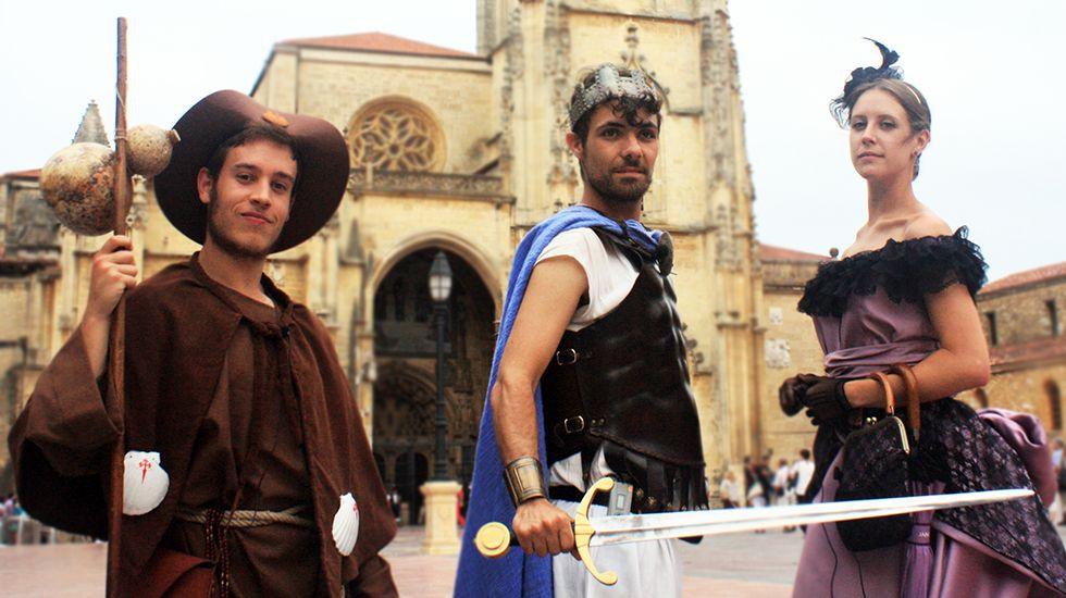 Los actores de Peregrinando Oviedo, frente a la Catedral.