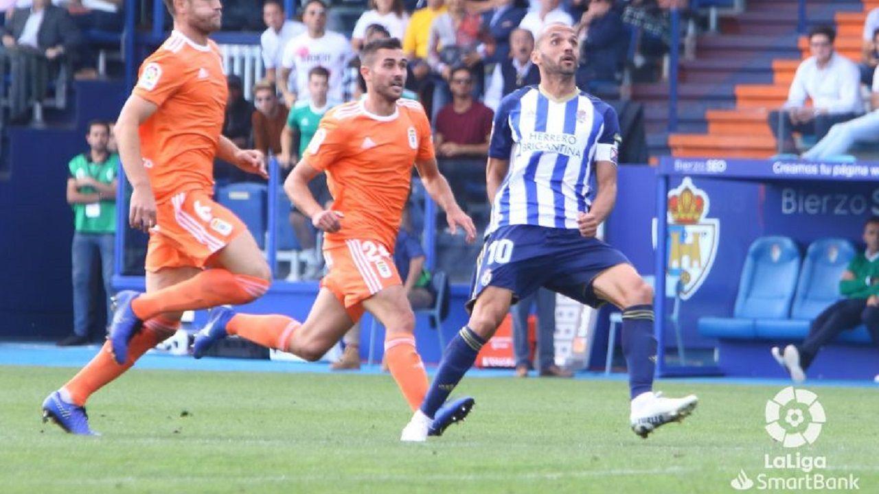 Lucas Ahijado Yuri Ponferradina Real Oviedo El Toralin.Lucas Ahijado y Yuri pugnan por un balón