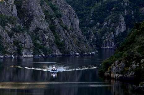 El espectacular recorrido en catamarán por el cañón del Sil.