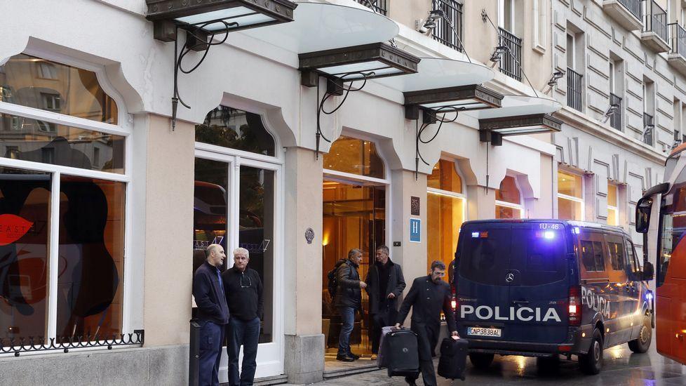 Un furgón de la Policía Nacional en las puertas del hotel, en las inmediaciones del Congreso de los Diputados.