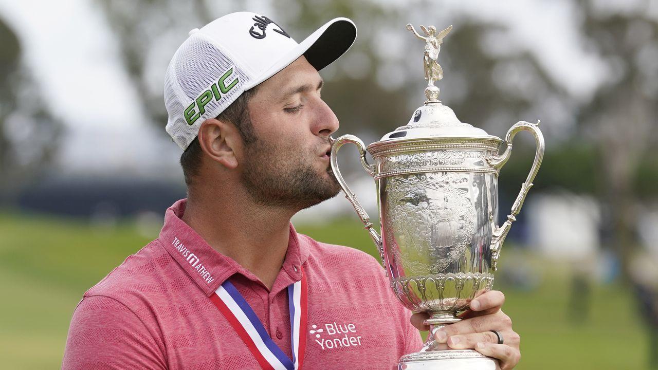 Jon Rahm besa el trofeo que le acredita como ganador del US Open de golf