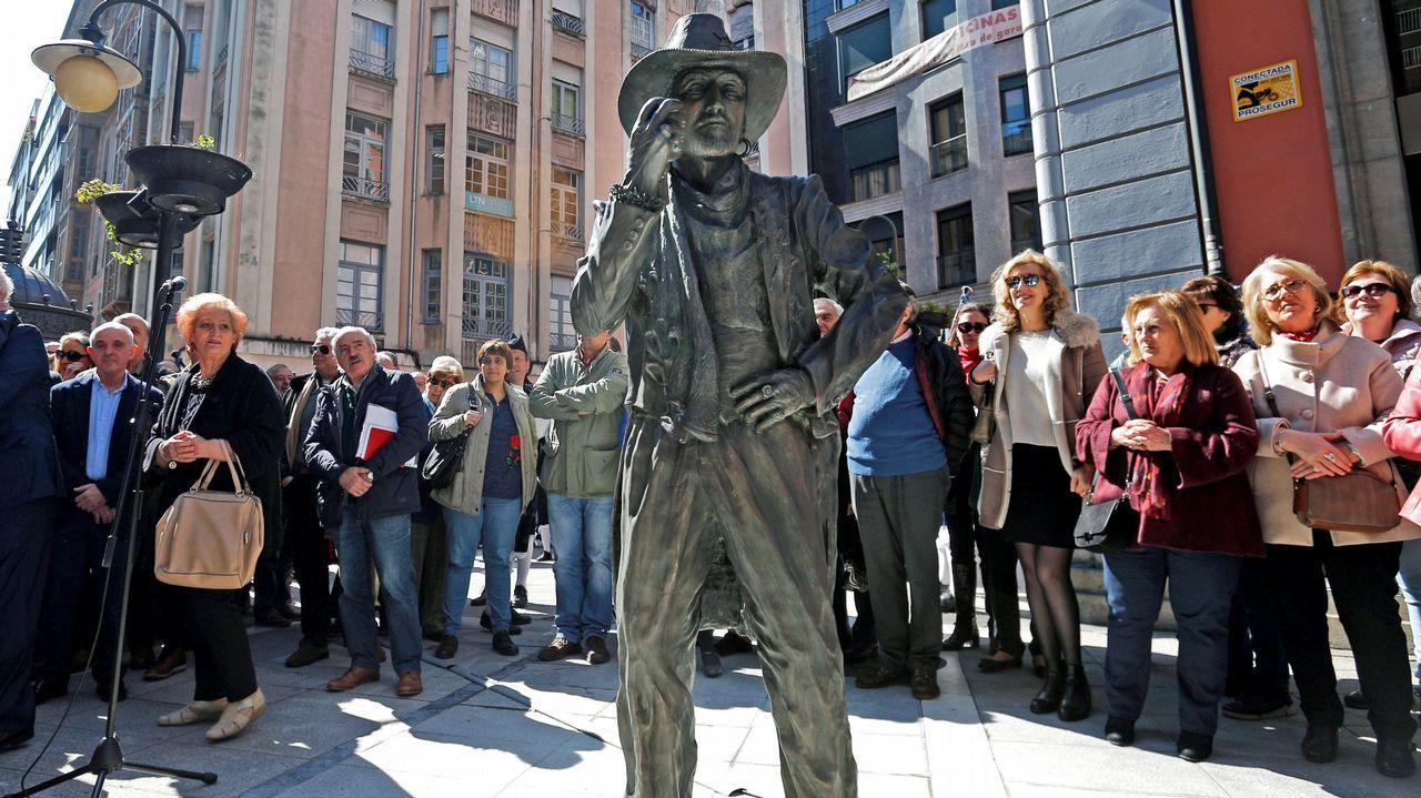 Estatua de tamaño natural del artista asturiano Tino Casal que luce desde este viernes en las calles del centro de Oviedo para reivindicar el legado del icono pop de los años ochenta, autor de clásicos como Embrujada o Eloise