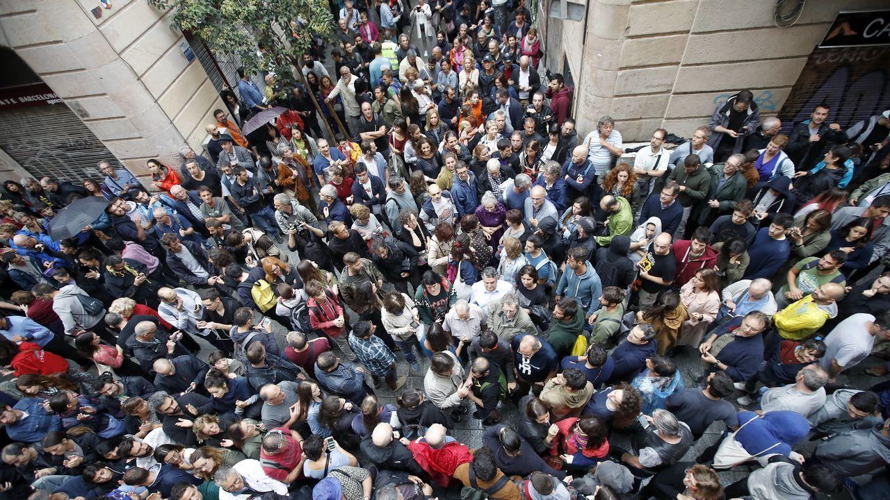 Cientos de personas esperan ante la Escuela Cervantes de Barcelona.