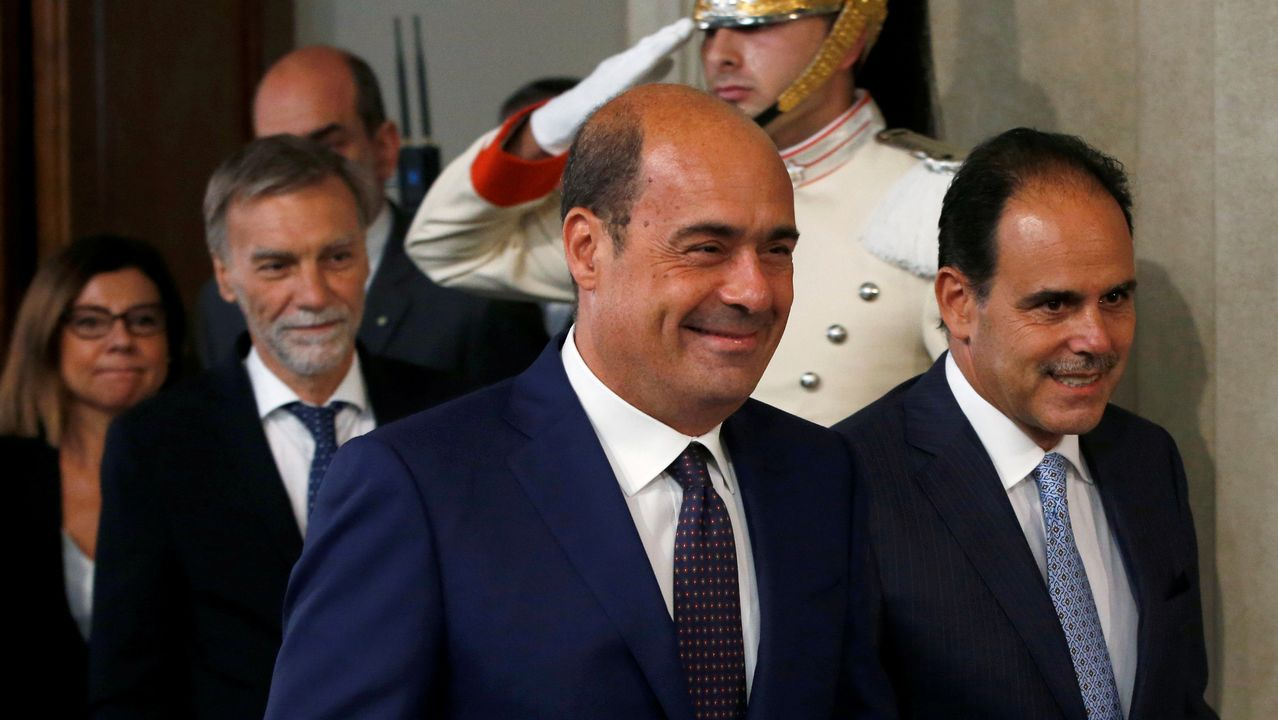 El líder del Partido Democrático, Nicola Zingaretti, y un compañero de la formación, Andrea Marcucci, sonríen tras las consultas con el presidente Mattarella, en Roma