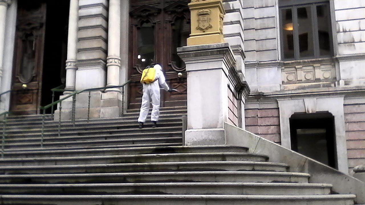 Huca, Oviedo .Un soldado de la Unidad Militar de Emergencia (UME) desinfecta la escalinata de la Junta General del Principado