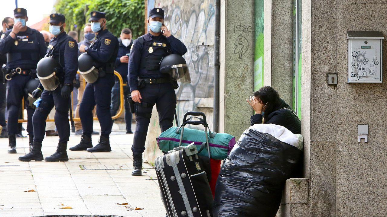 Desalojan dos pisos okupados en la avenida de Fisterra, en A Coruña.Imagen del desalojo, el pasado noviembre, de unos okupas en un edificio de Vigo