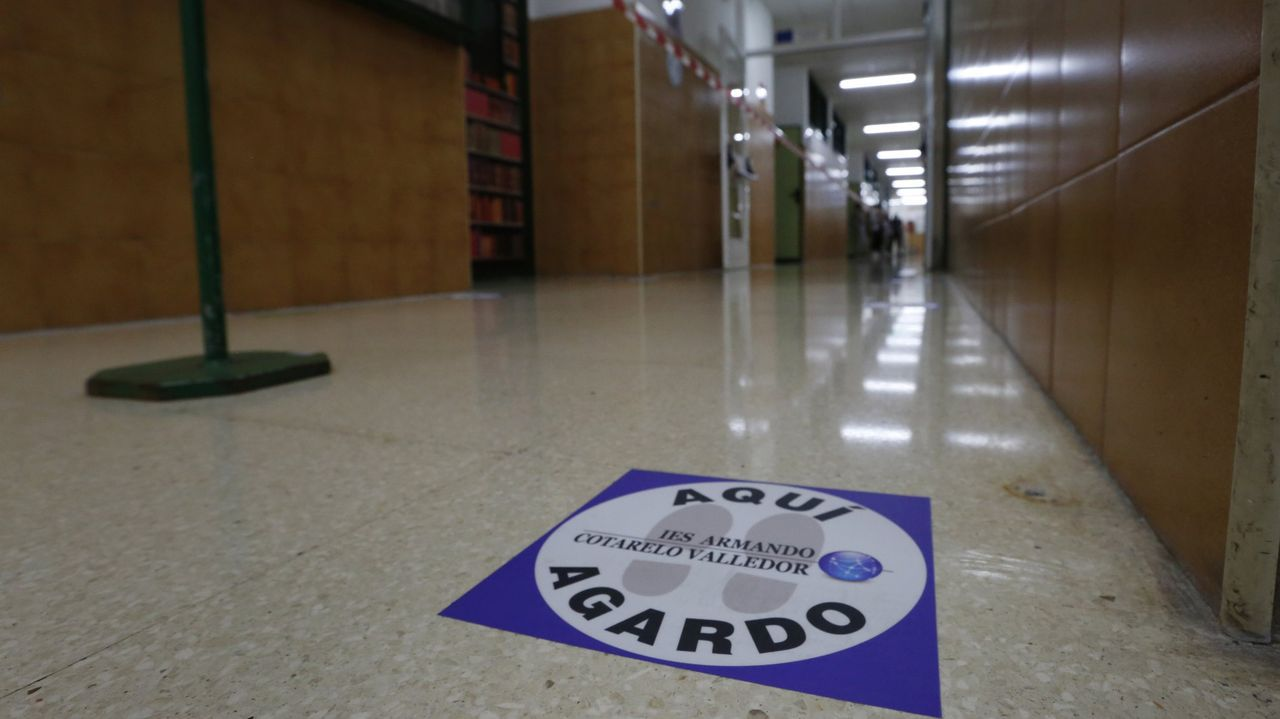 Estudiantes a la puerta de un instituto gallego
