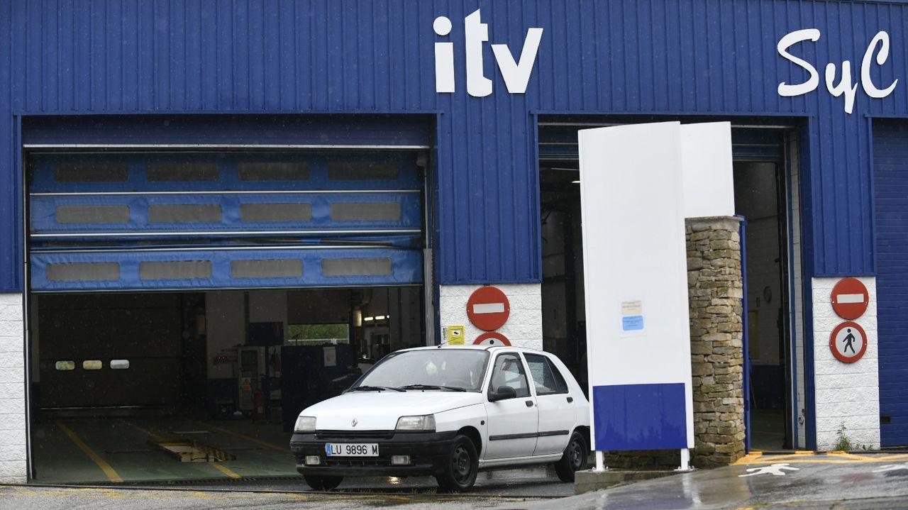 Un técnico de la ITV de Viveiro revisando los bajos de un vehículo, este martes por la tarde