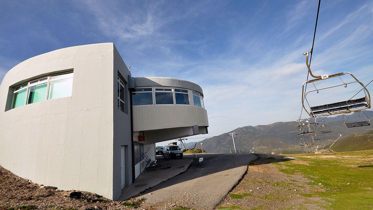 Ocho maravillas de la arquitectura moderna asturiana.Votantes en un colegio electoral de Gijón durante las elecciones municipales de 2015
