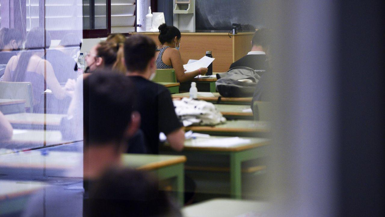 Jóvenes examinándose en la Universidad Politécnica de Valencia
