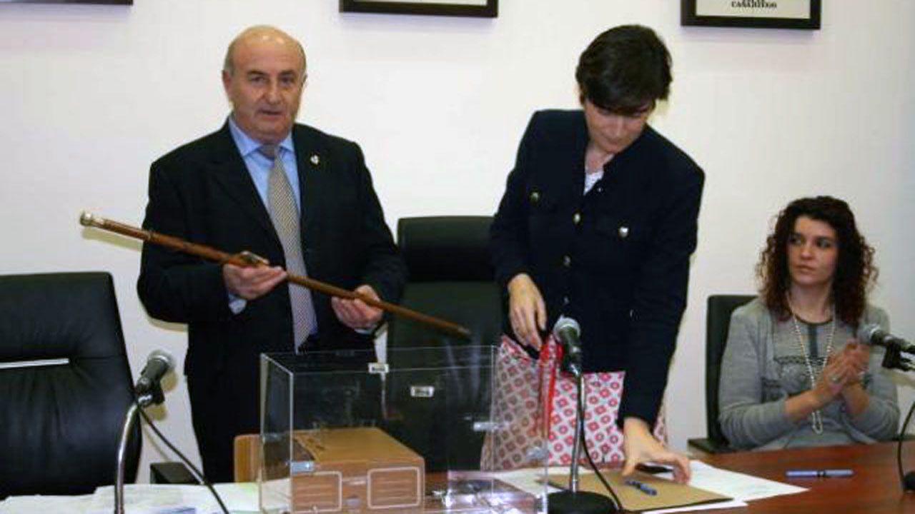 El ya exalcalde de Tapia de Casariego, Enrique Fernández, cuando juró su cargo en el 2013