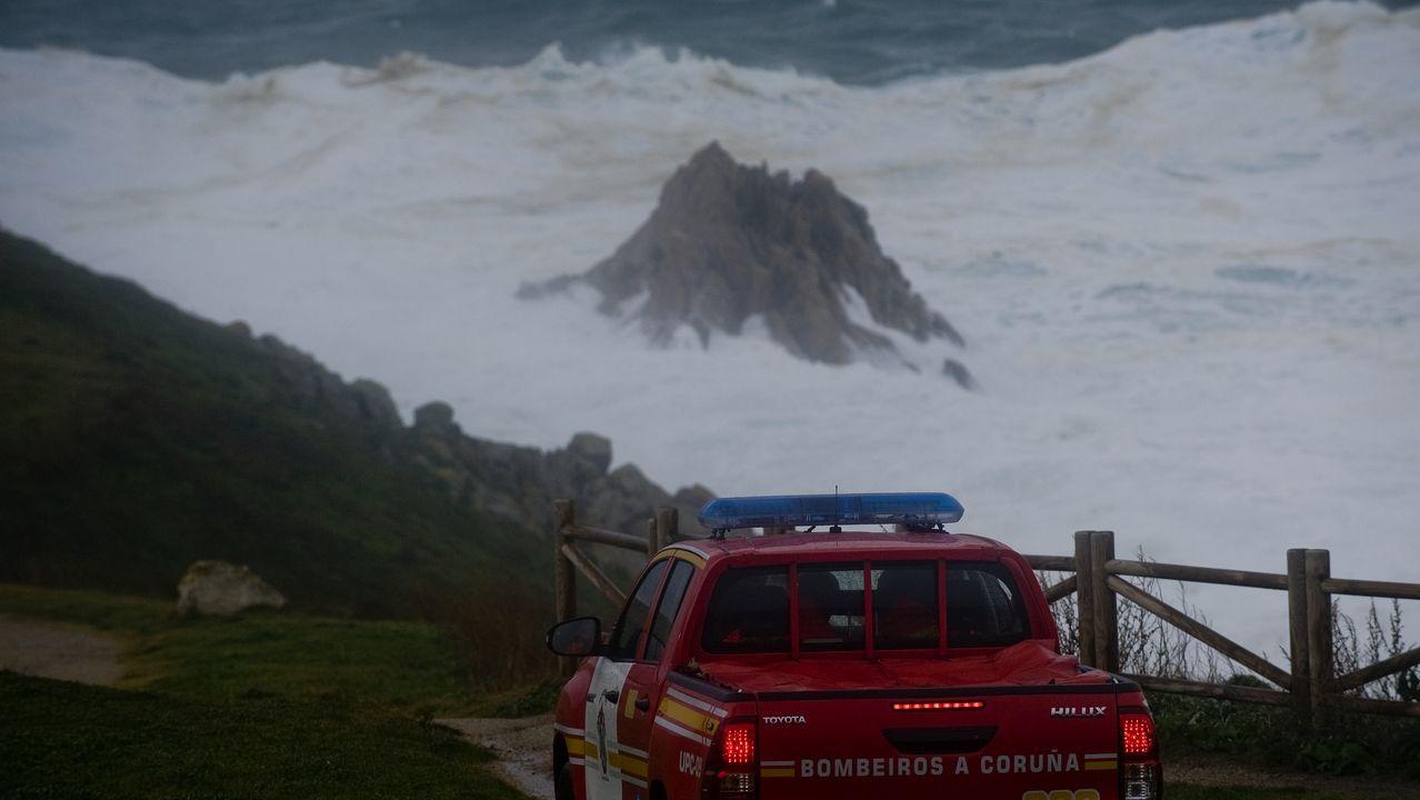 Gente demasiado cerca de las olas en A Coruña