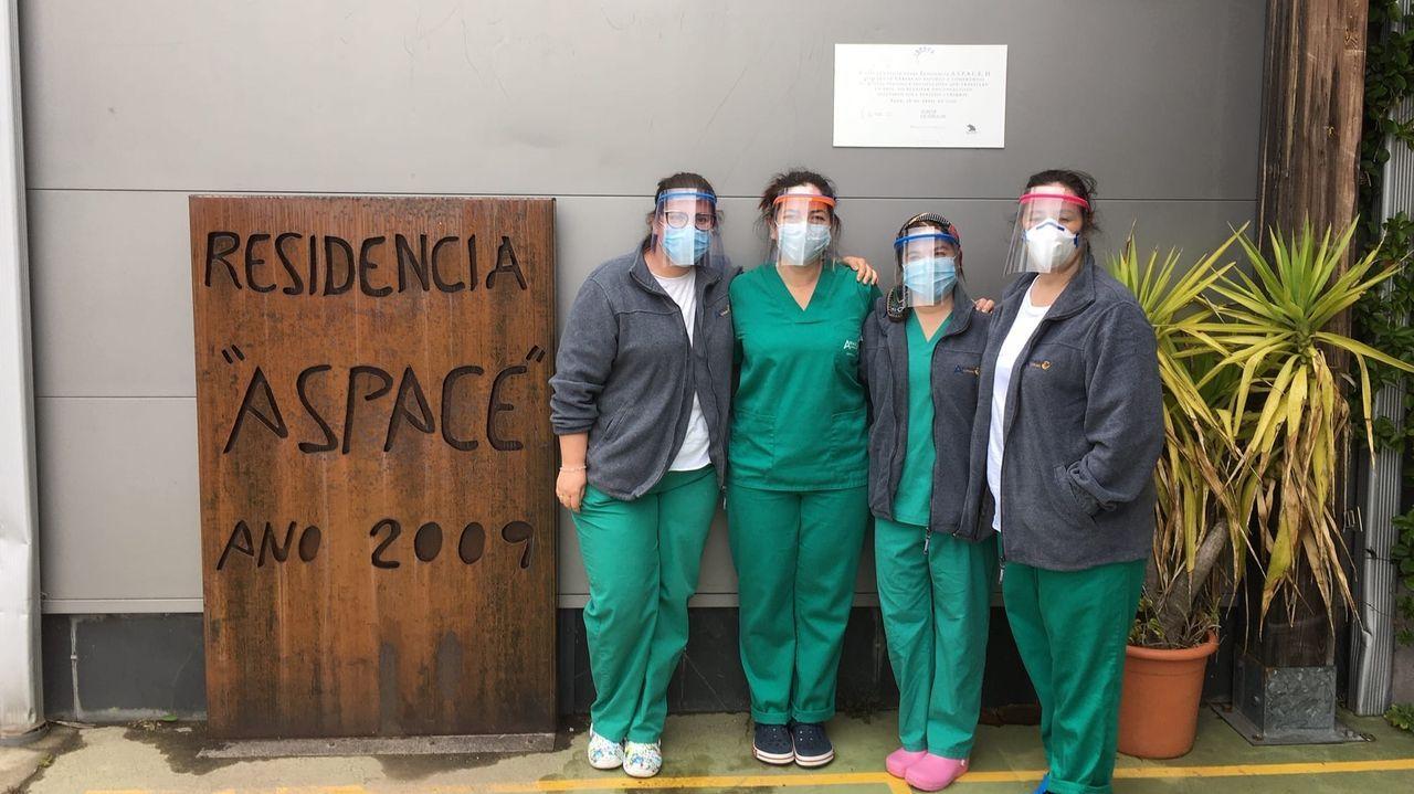 Trabajadoras de Aspace Coruña posan con las pantallas de protección donadas