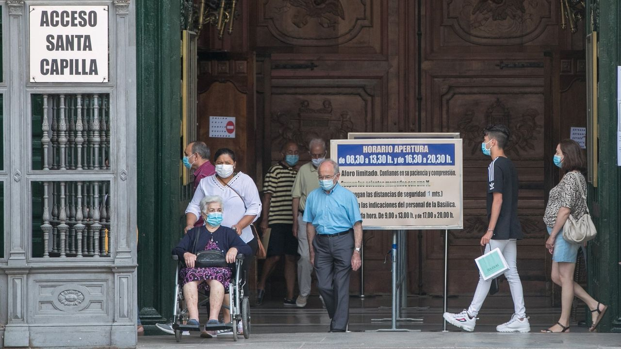 Turistas y ciudadanos vsitan la Basílica del Pilar de Zaragoza