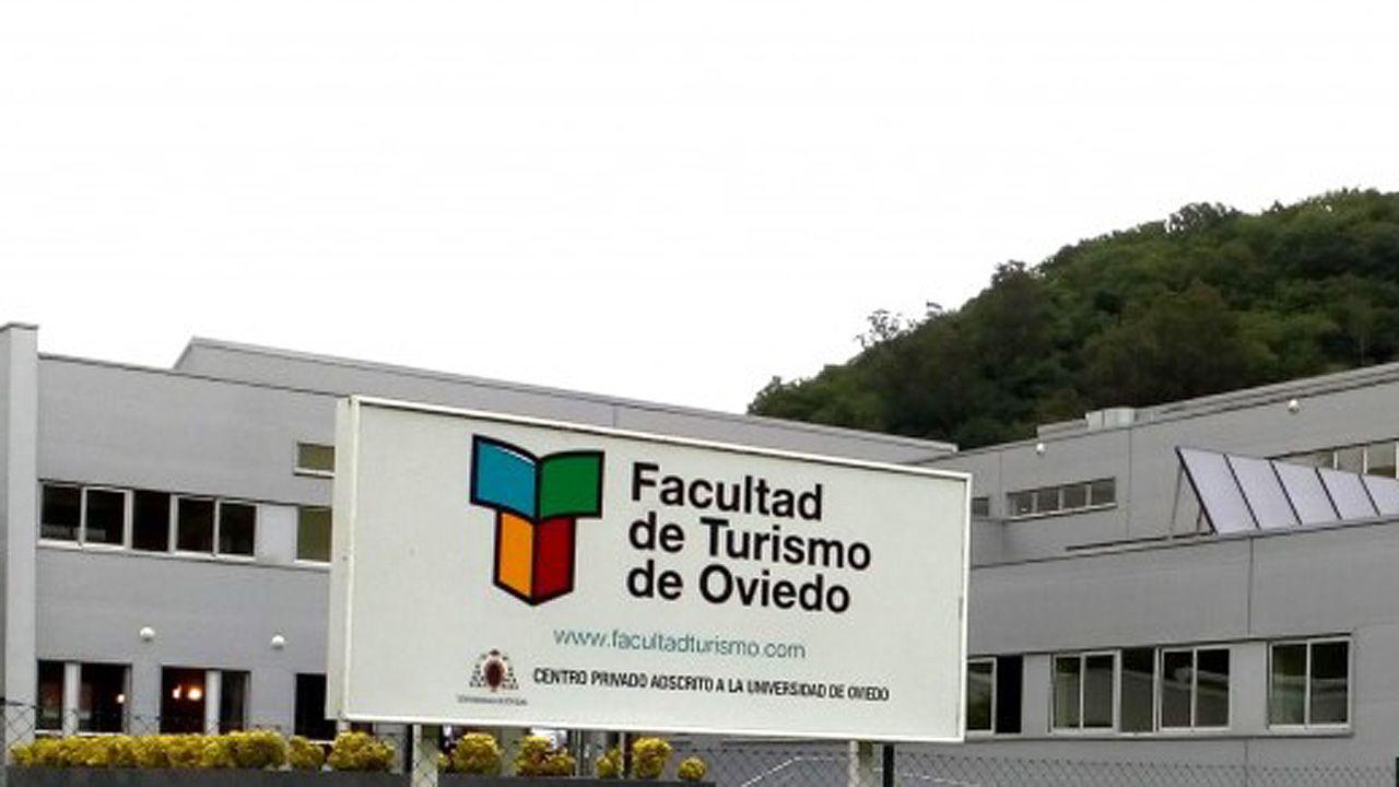 Unos turistas consultan un plano de Oviedo en la calle Uría.Facultad de Turismo de Oviedo, en Olloniego