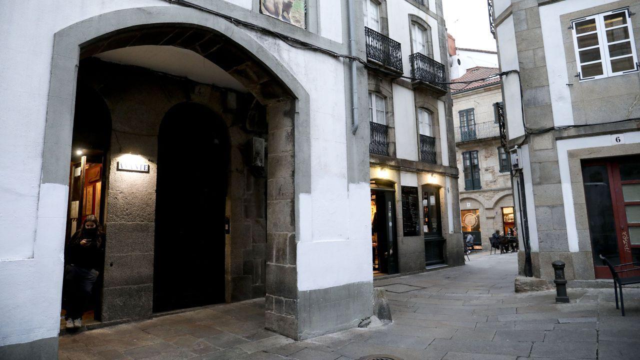 Una empresa especializada en desalojos logra que unos okupas abandonen un piso en Santiago.El pub Avante está en el cantón de San Bieito de Santiago