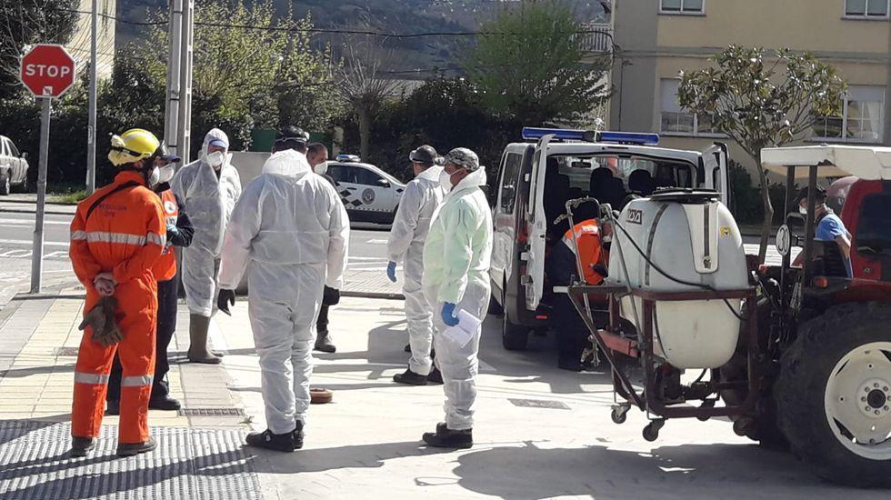 Una treintena de personas participaron en las labores de desinfección en A Rúa