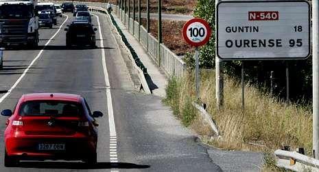 Indicador de Guntín, sin acento, en la carretera N-547.