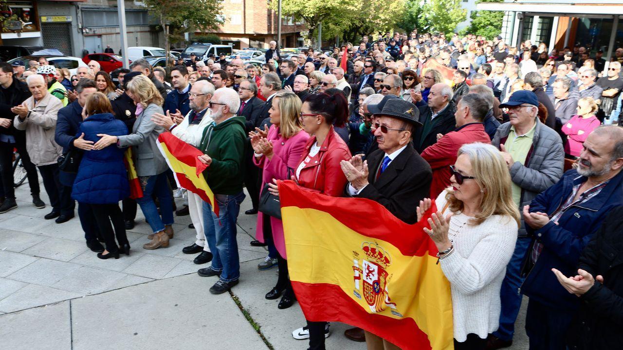 Momento en el que la madre del policía se emociona durante el homenaje celebrado al agente en Vigo este mediodía