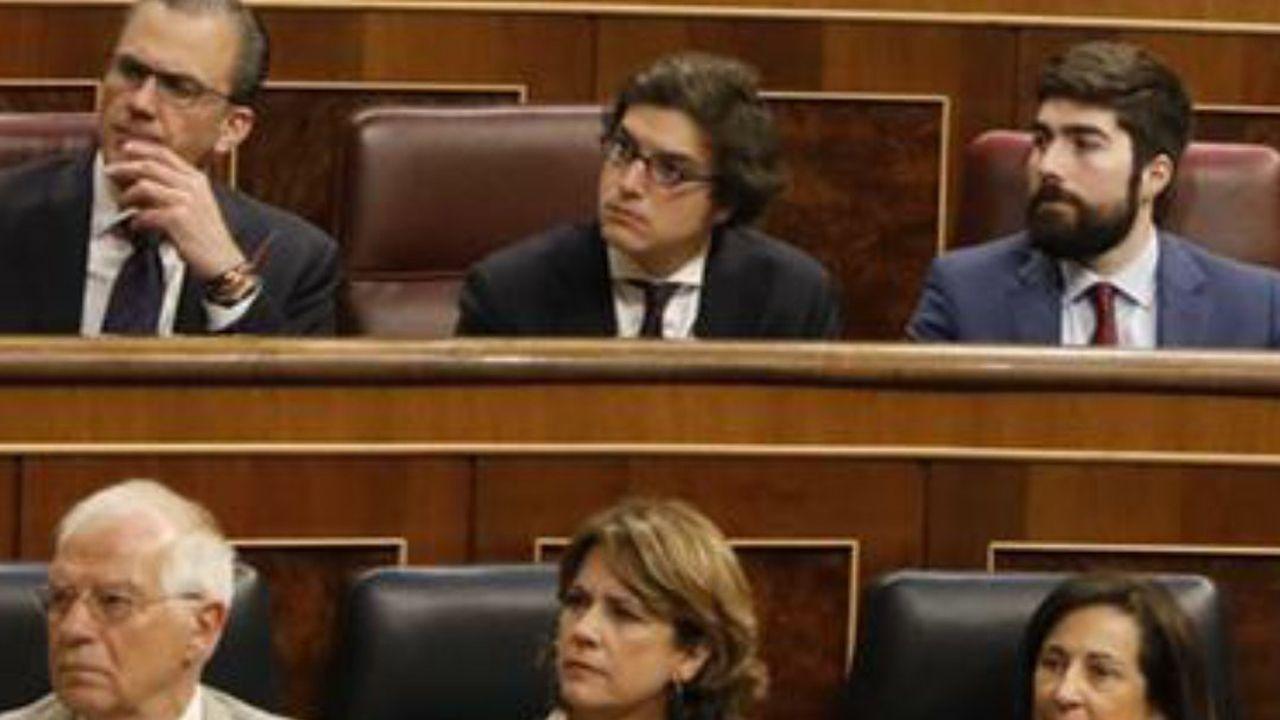 El diputado asturiano por Vox, José María Figaredo, en la bancada detrás de Dolores Delgado