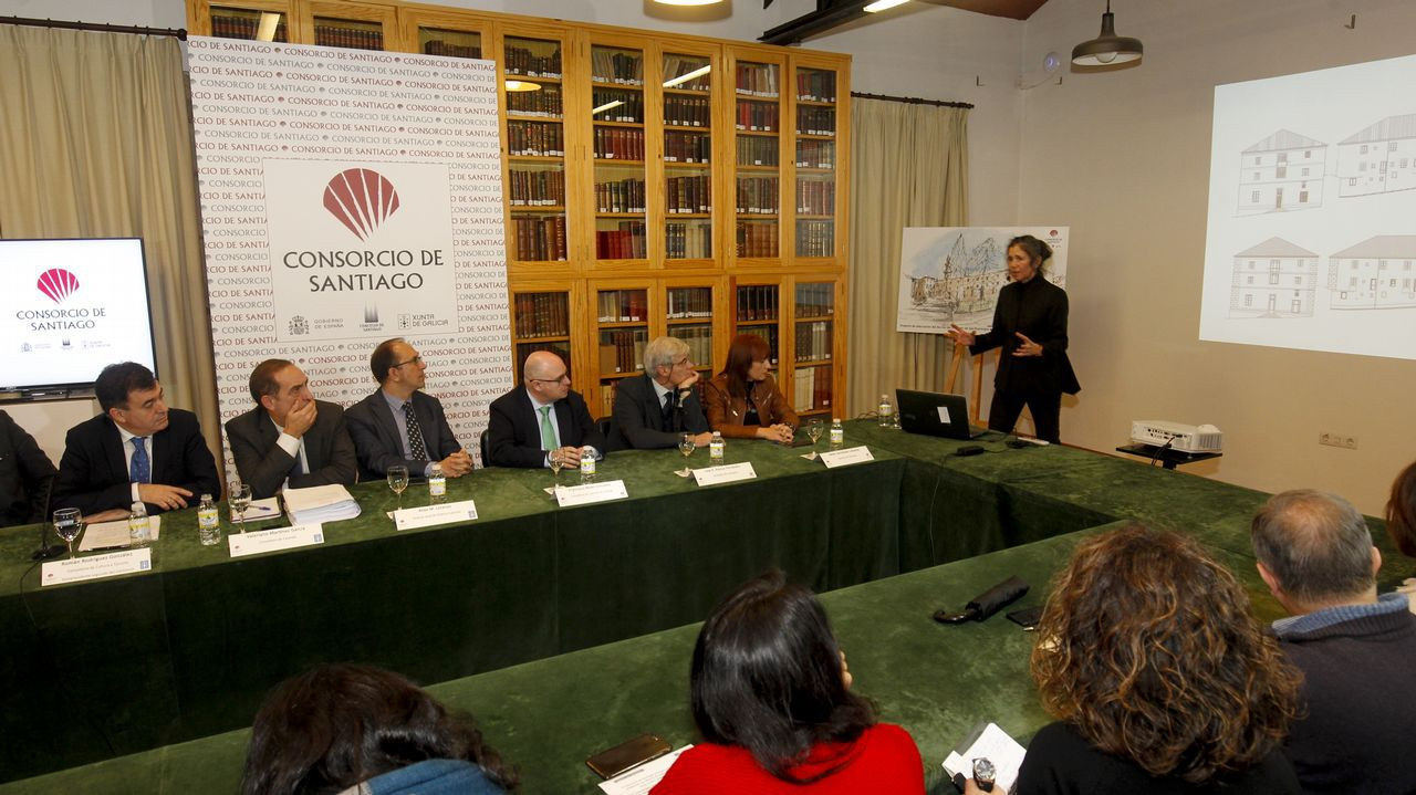 Idoia Camiruaga, arquitecta del Consorcio, explica la intervención, este lunes en el Museo do Pobo