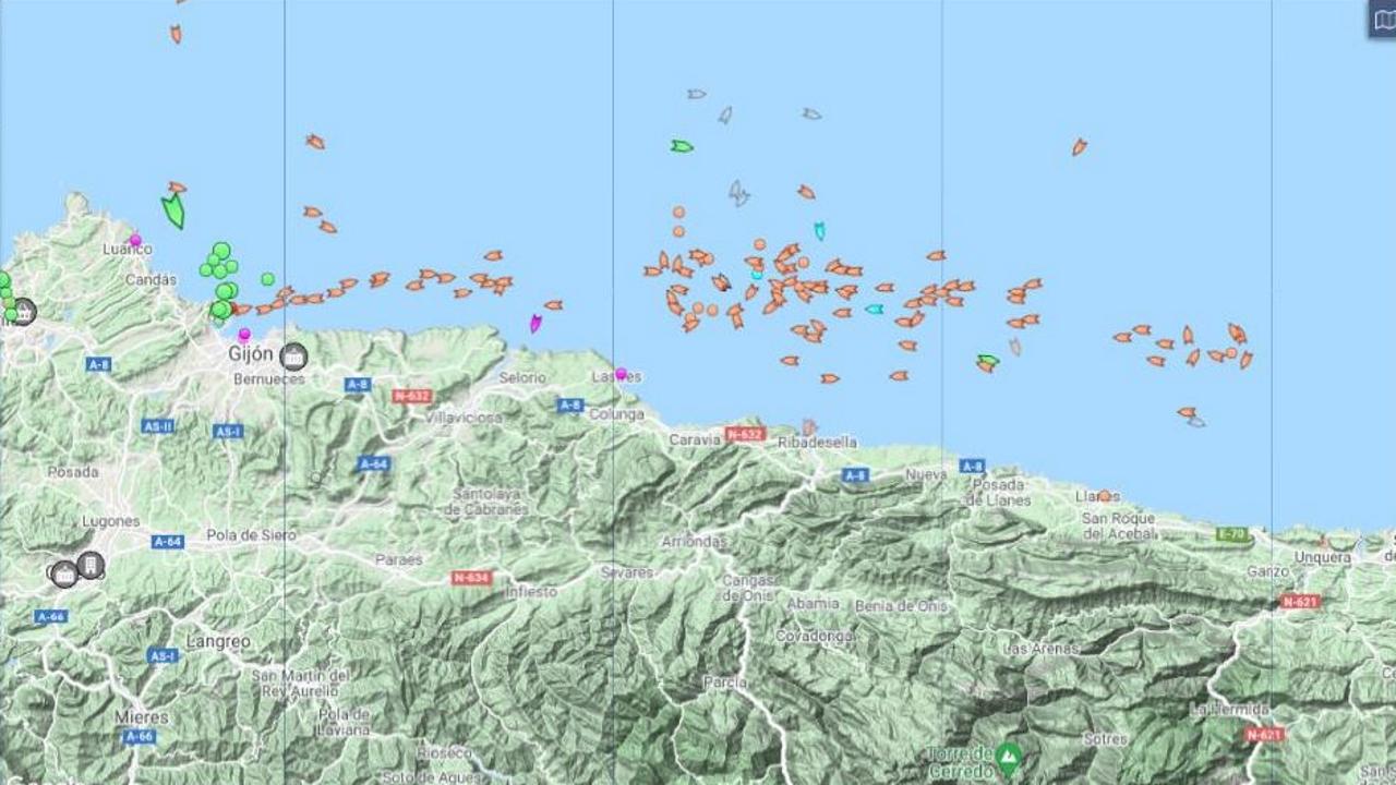Los símbolos de color naranja señalan en el mapa la zona de la costa asturiana, frente a Ribadesella, donde los cerqueros localizaron este martes otro banco de bocarte, con piezas de menor tamaño que las del que eclosionó en A Mariña el lunes