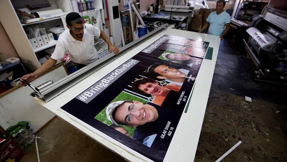 La tensión aumenta en Jerusalén.El propietario de una imprenta en Jerusalén imprime careteles con las fotos de los tres adolescentesl