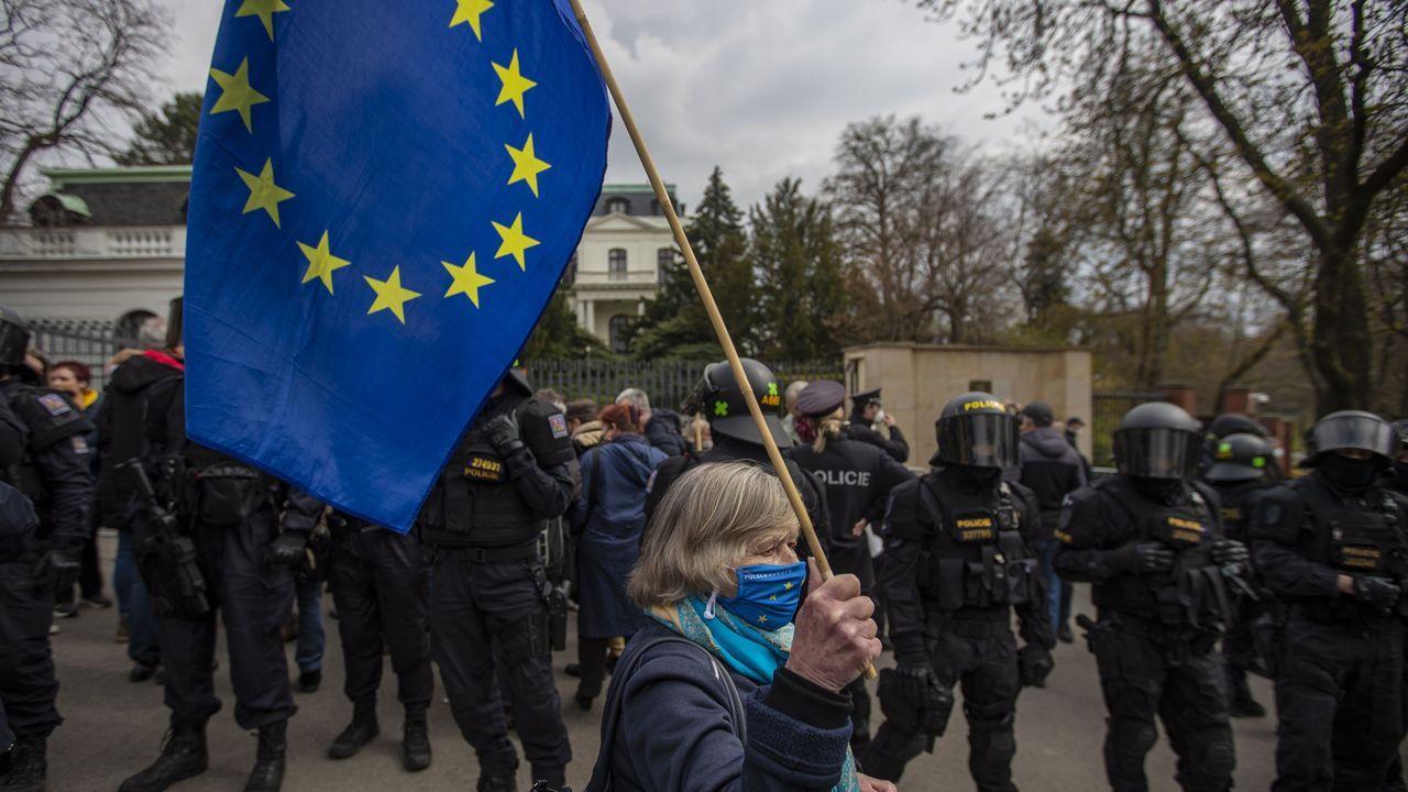 Protestas delante de la embajada rusa en Praga