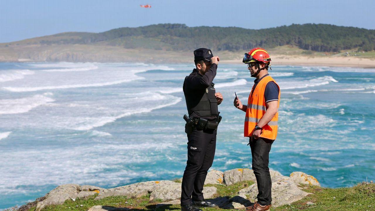 Hallan los cuerpos sin vida de dos hermanos que salieron a pescar en la costa de Ferrol.Barcos que trabajan en la limpieza de los restos de combustible vertidos por el buque Grande América