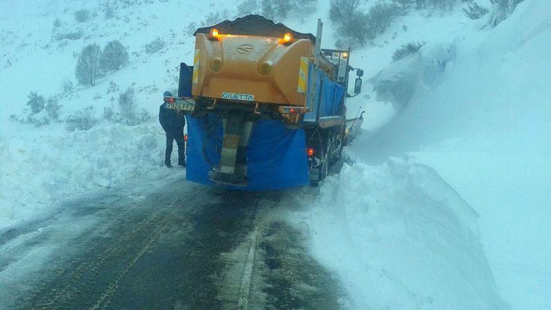 Copiosas nevadas en las últimas horas.Operarios de la Diputación echan sal en la carretera Seoane do Courel-Pedrafita, en un tramo en el que el viento suele acumular grandes cantidades de nieve