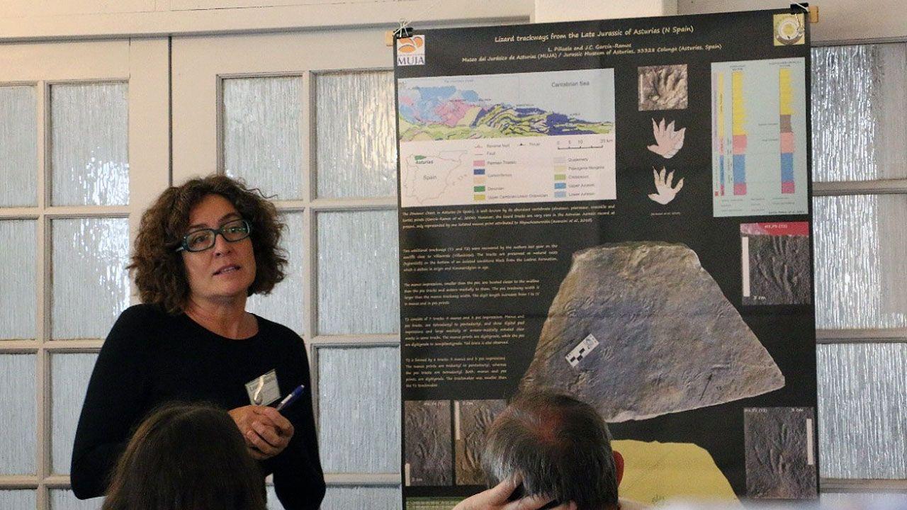 Laura Piñuela, miembro del equipo científico del Museo del Jurásico de Asturias (MUJA), presenta en Ciudad del Cabo los rastros de lagartos del Jurásico Superior hallados en los acantilados de Villaverde.Laura Piñuela, miembro del equipo científico del Museo del Jurásico de Asturias (MUJA), presenta en Ciudad del Cabo los rastros de lagartos del Jurásico Superior hallados en los acantilados de Villaverde
