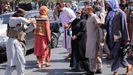 Un talibán protesta contra manifestantes ante la embajada de Pakistán en Kabul