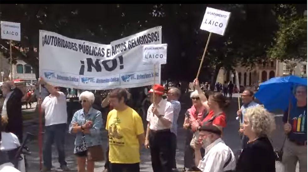 Protesta de Asturias Laica en la bendición de las aguas de 2015