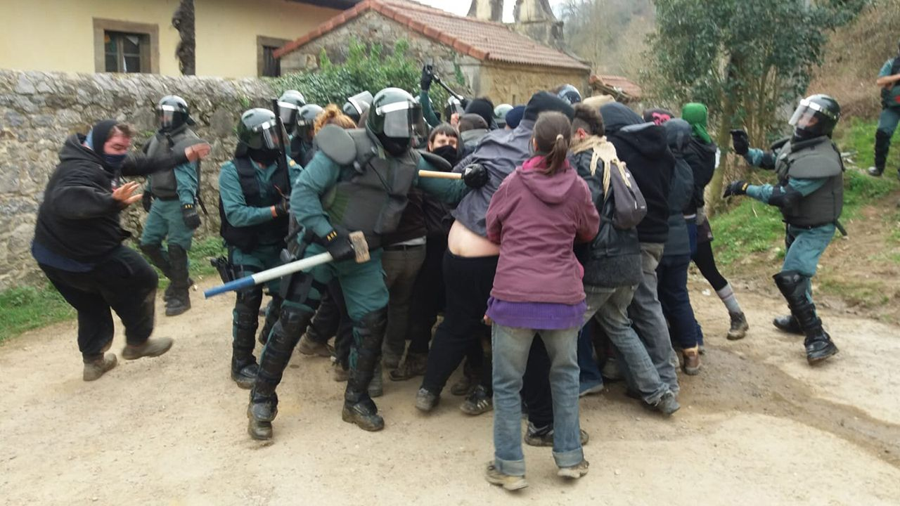 Intervención de la Guardia Civil, durante el desalojo de la Casona de Ronzón