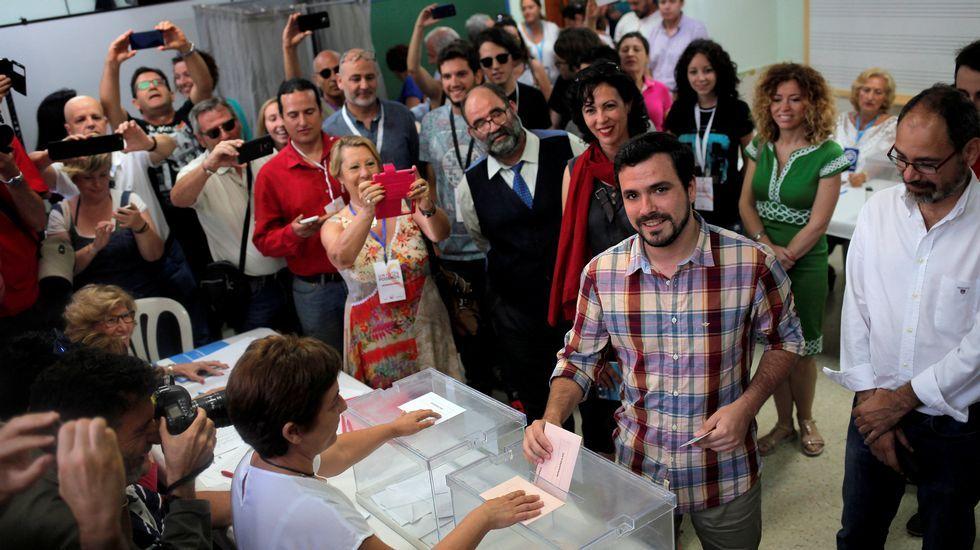 El líder de IU ha acudido a votar muy temprano en el Rincón de la Victoria (Málaga)