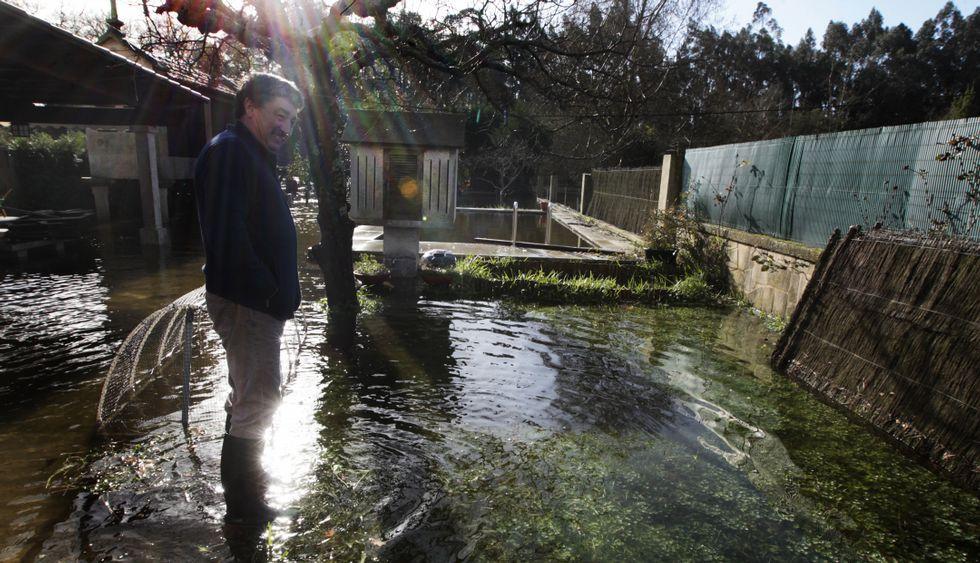 El agua cubrió por completo el jardín y la piscina de esta vivienda de Pontearnelas.