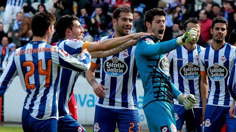 Toda la actualidad de la jornada de Segunda división.Iago, felicitado por Pita tras marcar su gol.