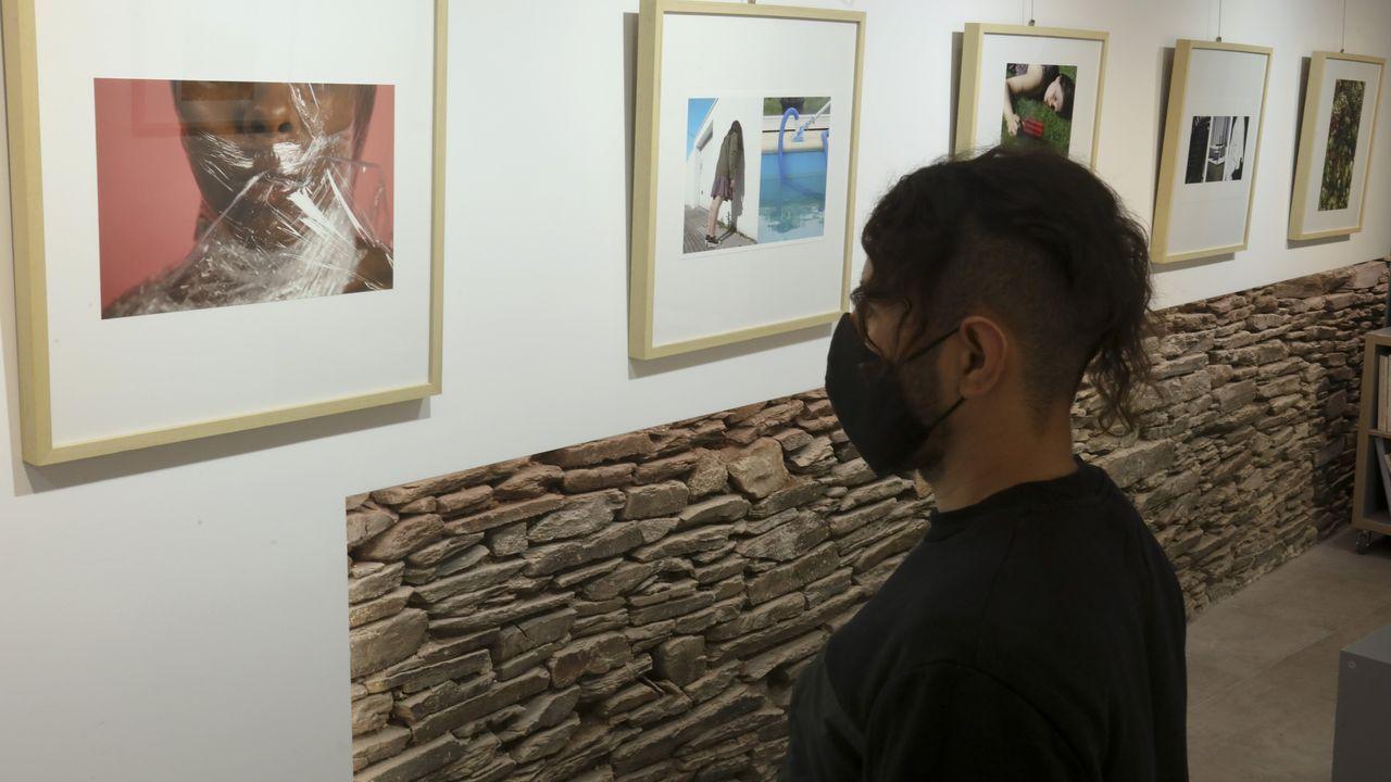 Edwin Escobar, con las fotografías que expone este mes en la galería Vieiros