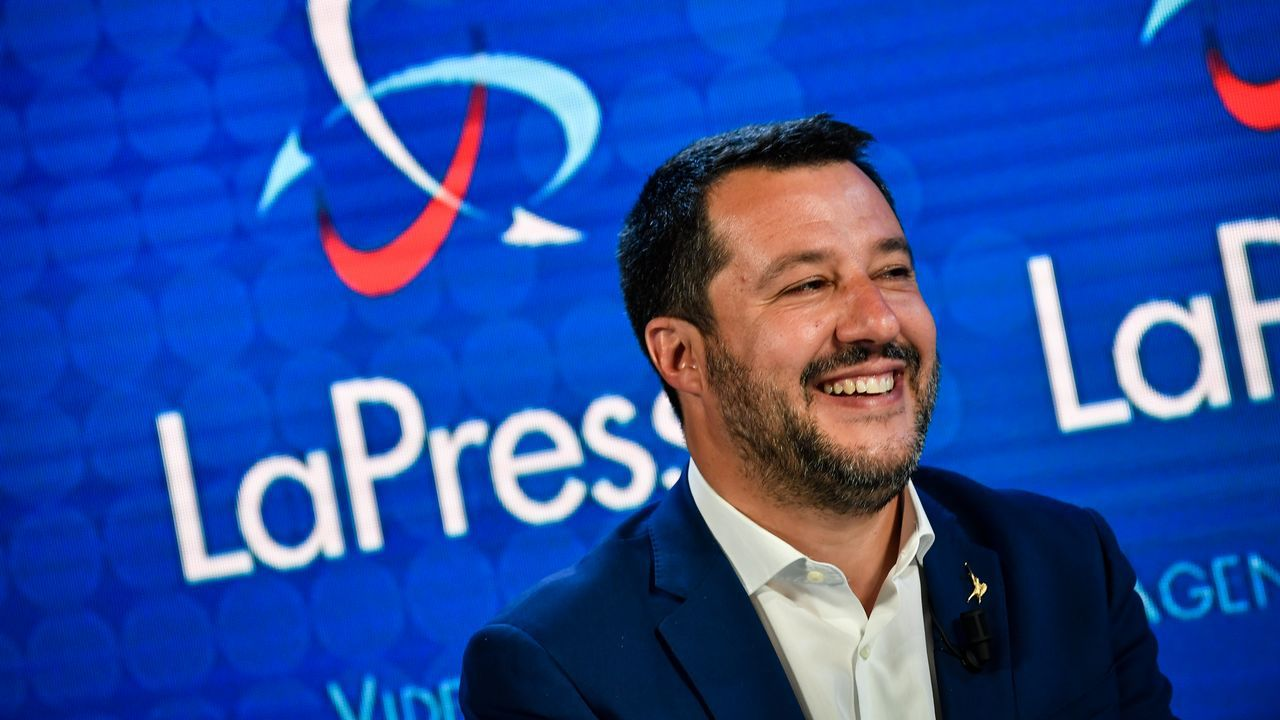 Los candidatos asturianos votan.Oriol Junqueras junto a Gabriel Rufián, ayer en el Congreso, recogiendo su credencial como diputado. Los presos electos grabaron un vídeo desde la cámara, obviando la prohibición del Supremo