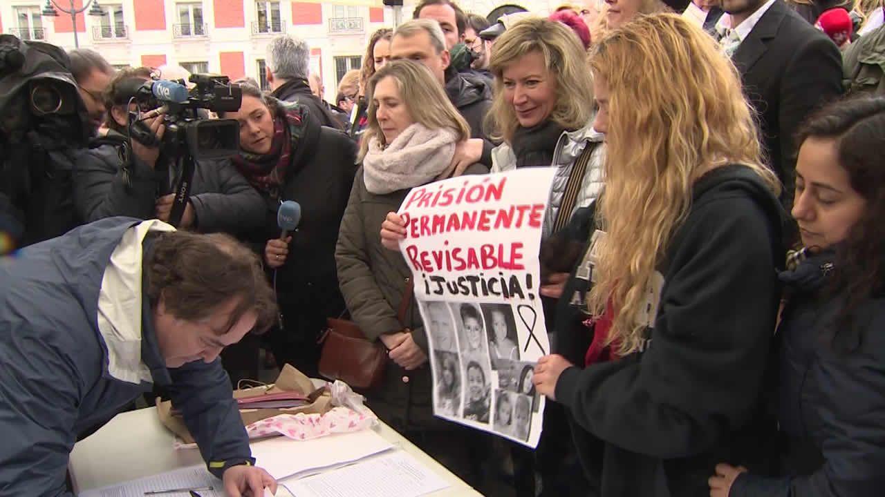 La madre de Diana Quer: «No es una ley de venganza, es seguridad para todos».Ruth Ortiz, madre de Ruth y José, primera por la izquierda, junto a otras victimas en la concentración de Huelva